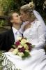 Svatební set  - převislá kytice z bílých růží a vínového phalaenopsisu
