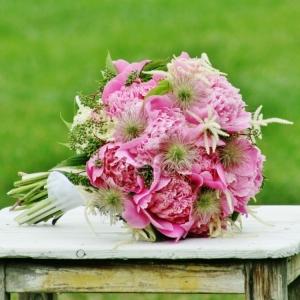 Svatební kytice ve venkovském stylu.