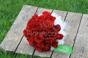 Svatební kytice z červených růží.