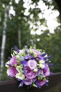 Svatební kytice fialovo krémová.