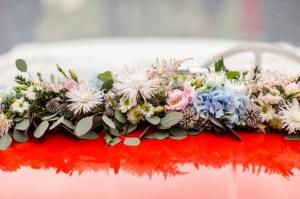 Detail květinové výzdoby na auto nevěsty.