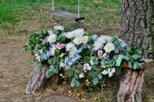 Svatební květinová výzdoba na církevní obřad.