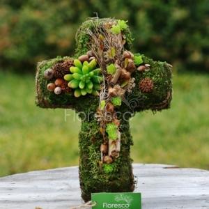 Přírodní dekorace na hrob kříž.