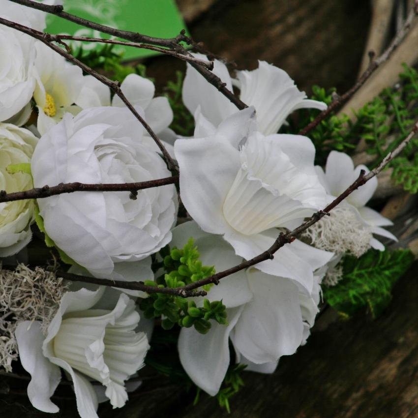 Květinový věnec z umělých květin